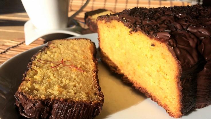 Bizcocho de naranja y azafrán con cobertura de chocolate
