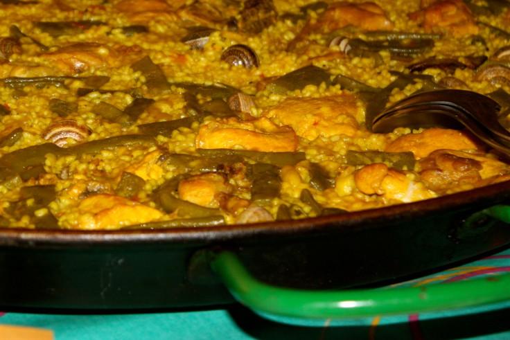 Paella de pollo y conejo