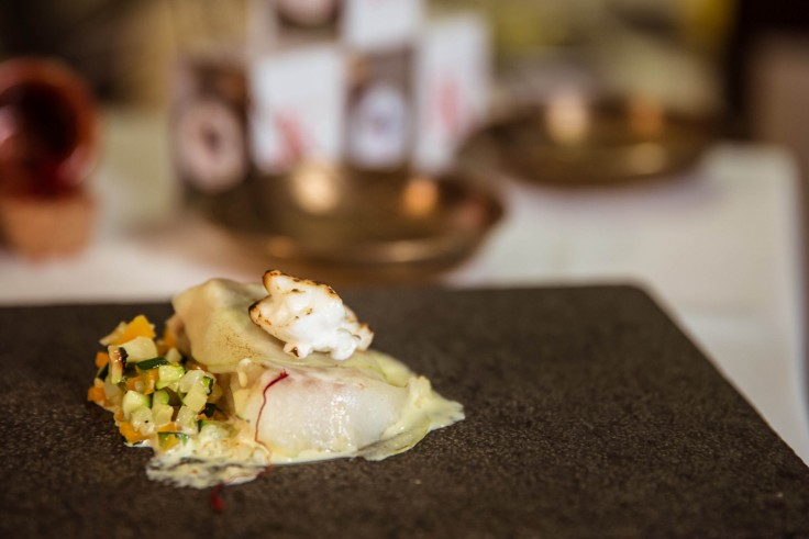 Bacalao gratinado con alioli, manzana y azafrán