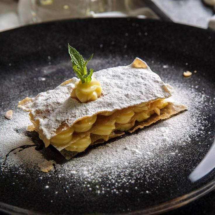 Milhojas de pasta brik con crema madame